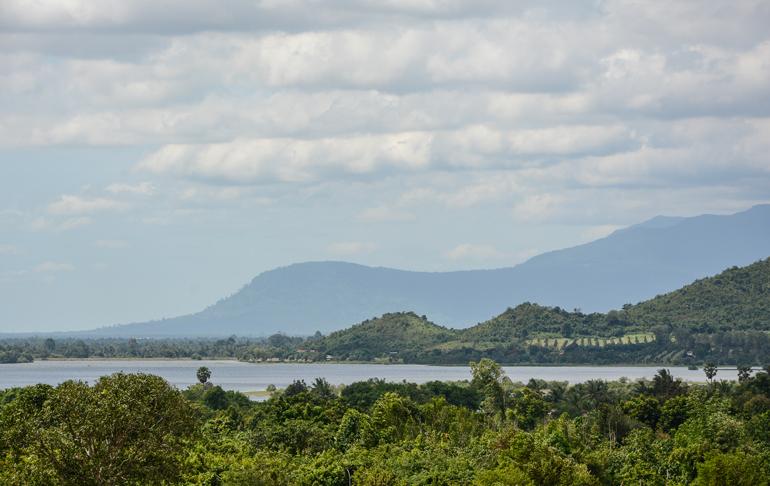 Ein See mit Bergen herum und vielen Bäumen.