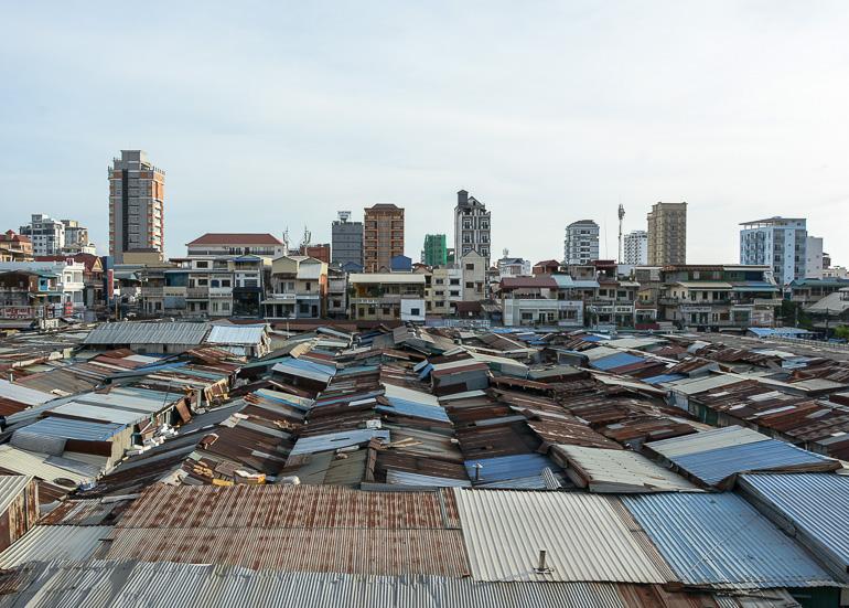 Travellers Insight Reiseblog Reisetipps Kambodscha Phnom Penh Russian Market Dächer