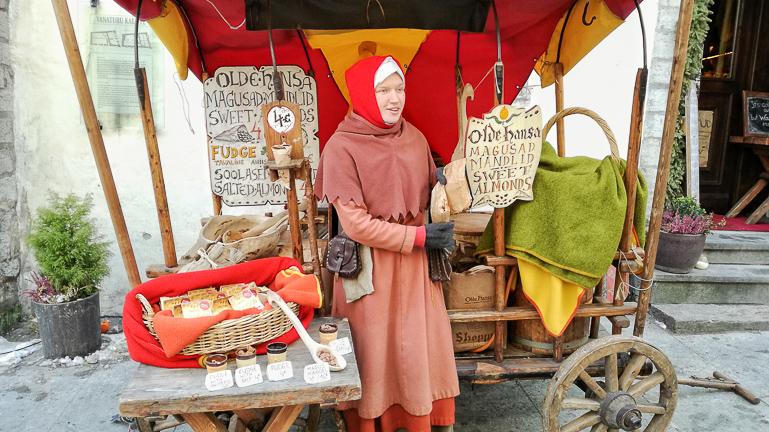 Travellers Insight Reiseblog Tallinns Sehenswürdigkeiten Makronenverkäuferin