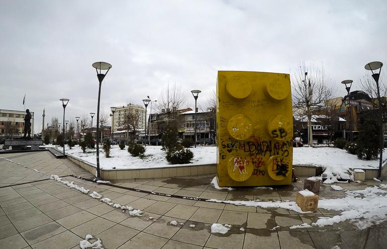 Travellers Insight Reiseblog Pristina Besuch in Pristina Legostein