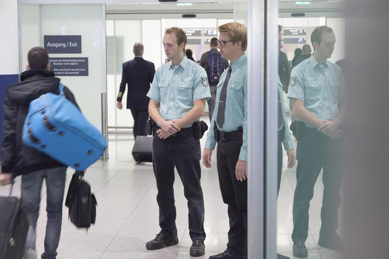 Zollbeamte am Flughafen achten auf verbotene Souvenirs