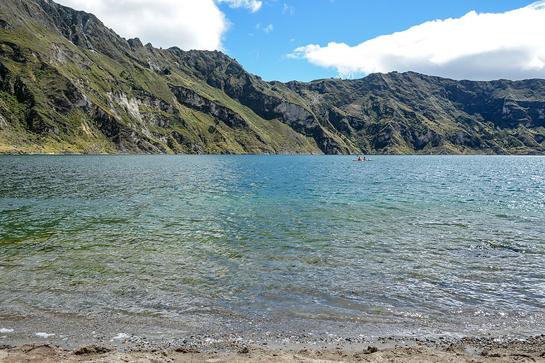 Wer nach dem Abstieg vom Kraterrand noch Power hat, paddelt mit dem Kajak über den See.