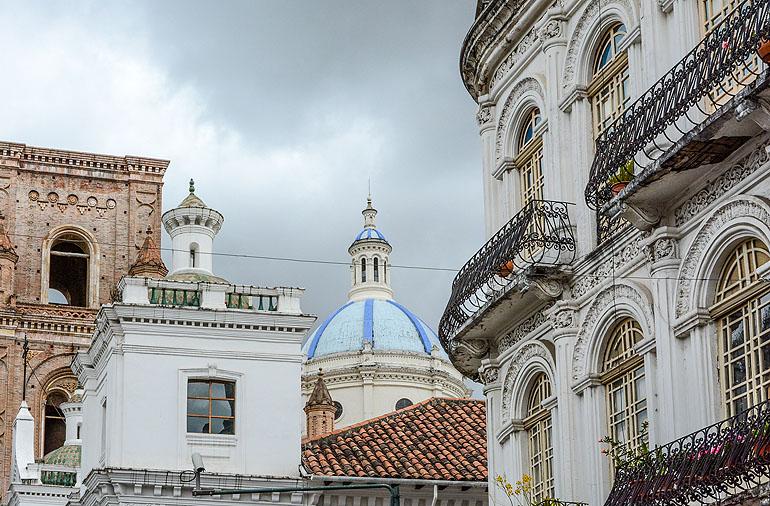 Die blaugekachelten Kuppeln der Neuen Kathedrale am Park Calderon bestimmen das Stadtbild von Cuenca.