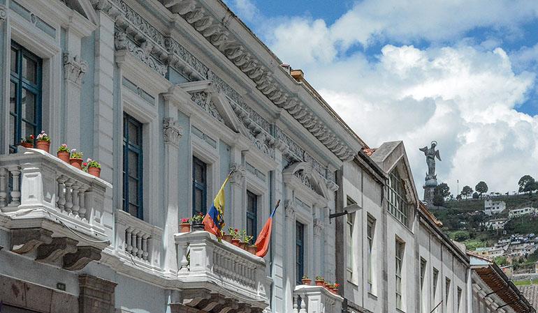 """Zwischen den Kolonialbauten ragt der Hügel """"El Panecillo"""" hervor mit dem Wahrzeichen Quitos, eine Aluminium-Marienfigur mit Flügeln."""