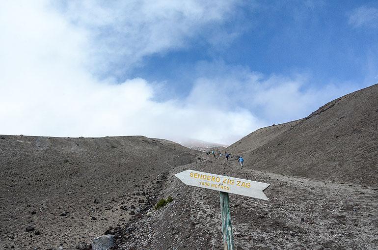 Vulkanbesteigung mit Schnappatmung: Durch Lava und Sand geht es den Cotopaxi hinauf.