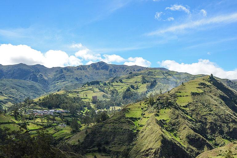 Fernab der Panamericana liegt das Bergdorf Isinliví eingebettet in eine flauschig-grüne Landschaft.