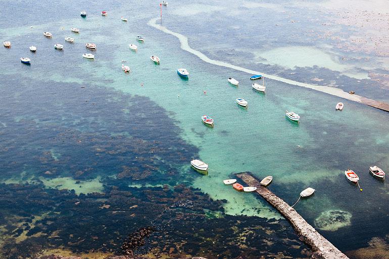 In der Bretagne ist der Atlantik so türkisblau wie man es aus dem Mittelmeer oder der Karibik kennt.