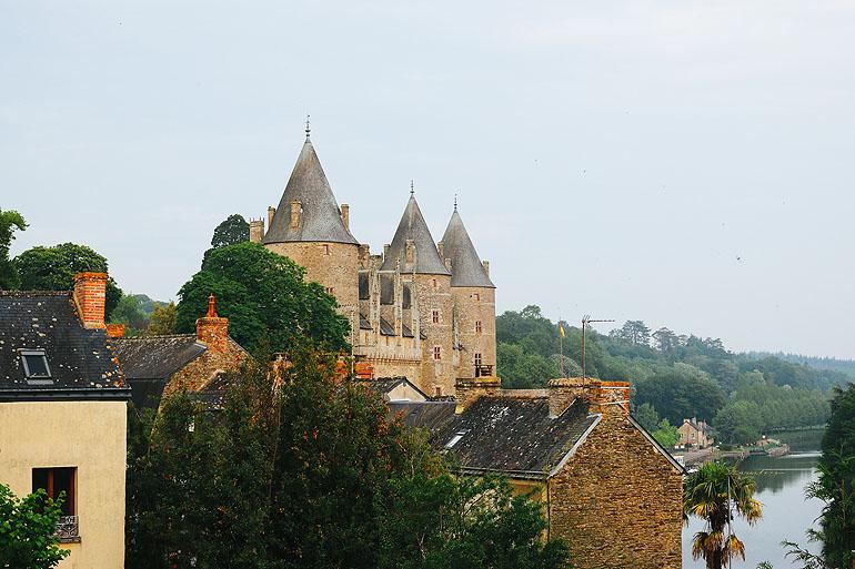 Das Schloss stammt aus dem 11. Jahrhundert und wird noch heute von der ältesten Familie der Bretagne bewohnt.
