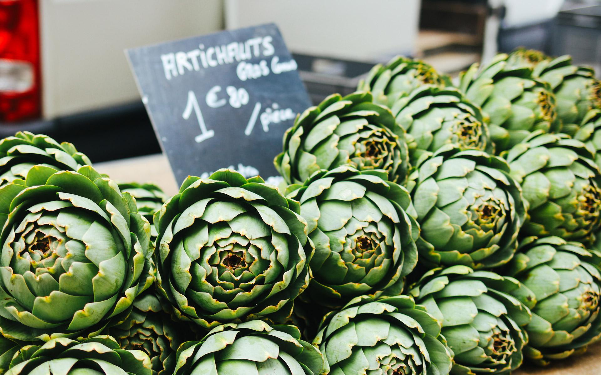 Typisch französisch: Artischocken auf dem Markt von Josselin.