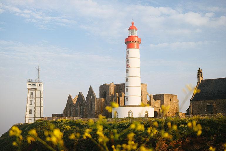 Der Leuchtturm der Pointe Saint-Matieu steht direkt neben einer Klosterruine.
