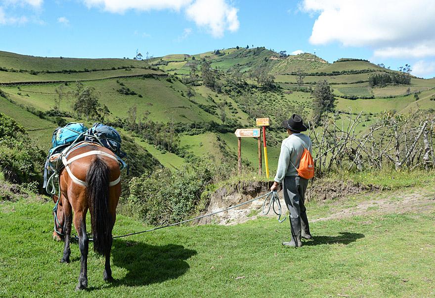 Corina, das Pferd, und Oswaldo, der Guide, begleiten uns auf der Tageswanderung von Isinliví nach Chugchilan.