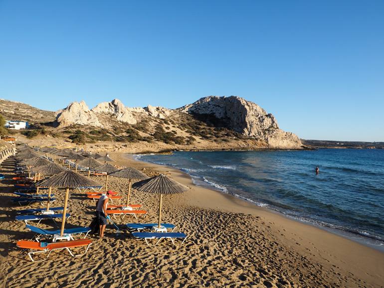 Schöne Strände in Karpathos: Nach dem Strandtag am Ágios Theódoros lohnt sich ein Besuch in der gleichnamigen Taverne.