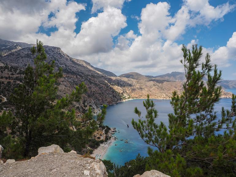 Schöne Strände in Karpathos: Die preisgekrönte Ápella-Bucht von oben: Am späten Nachmittag wird es hier ruhiger.