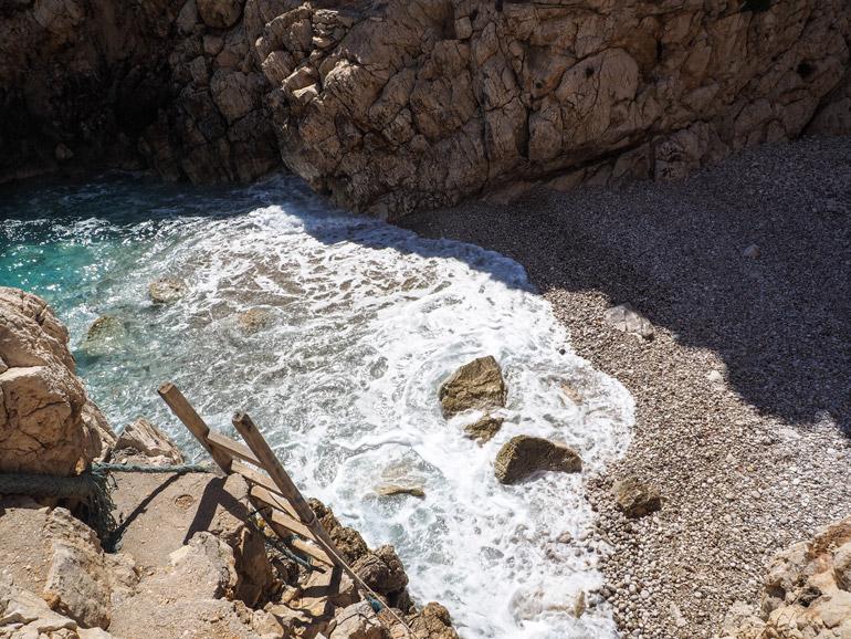 Die Chándakas-Bucht ist nur etwas für Schwindelfreie.