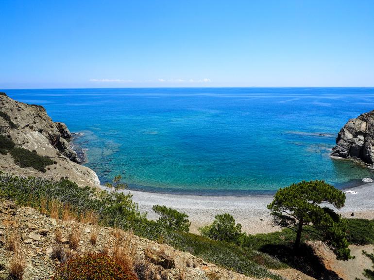Die Wanderung zur Papás Minás Bucht durch Olivenhaine und an der Felseküste lohnt sich wegen des Ausblicks.