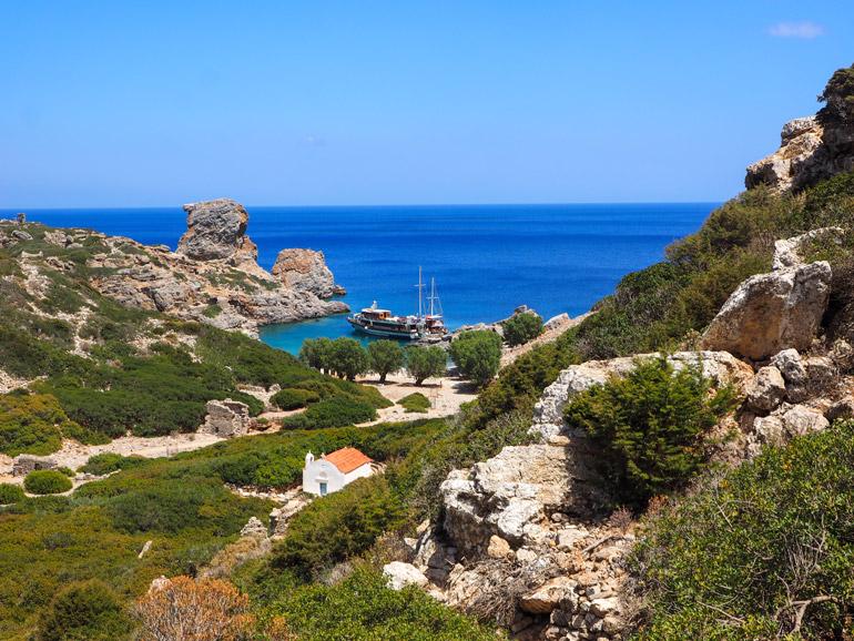 Von Ta Palátia erreicht man durch senkrecht aufsteigende Felswände die verlassene Siedlung Árgos.