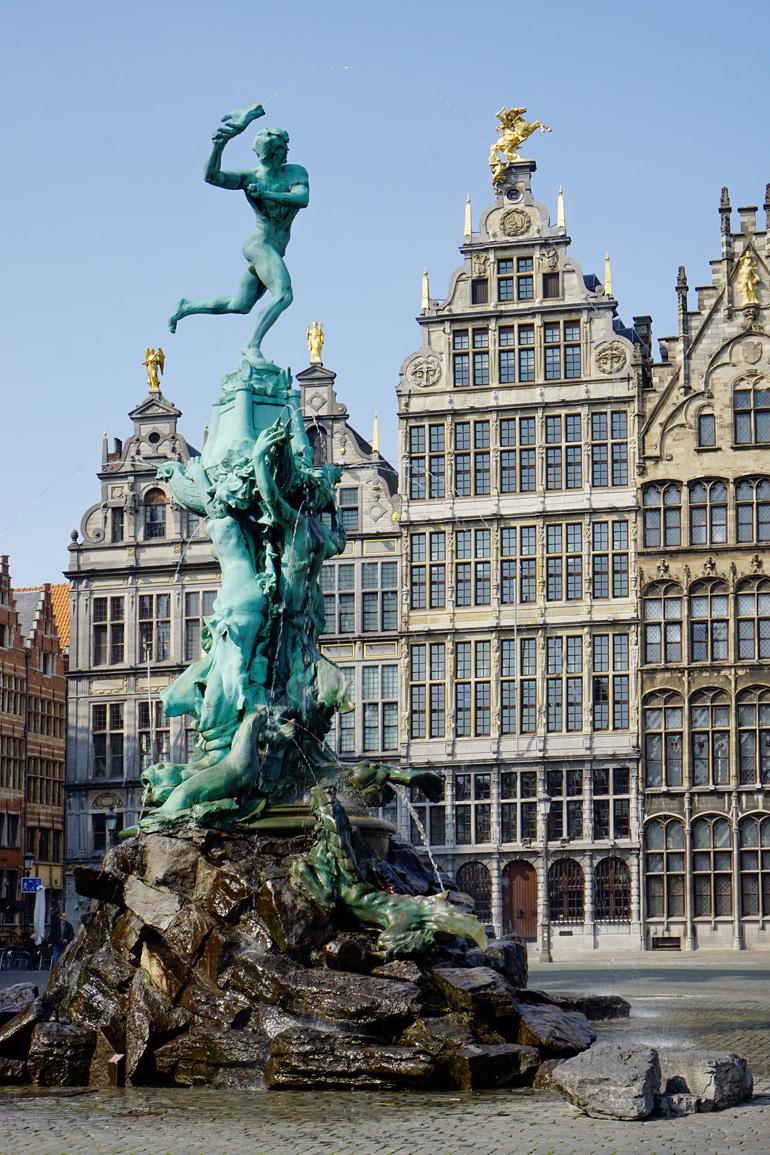 Der Grote Markt mit historischen Fassaden und dem Brabobrunnen.