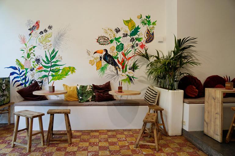 Bunt bemalte Wand im Café Divers.