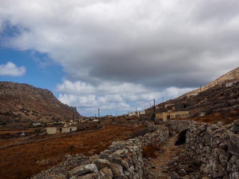 Avlóna – verlassene und nur teilweise bewohnte Häuser trotzen dem harschen Wind.