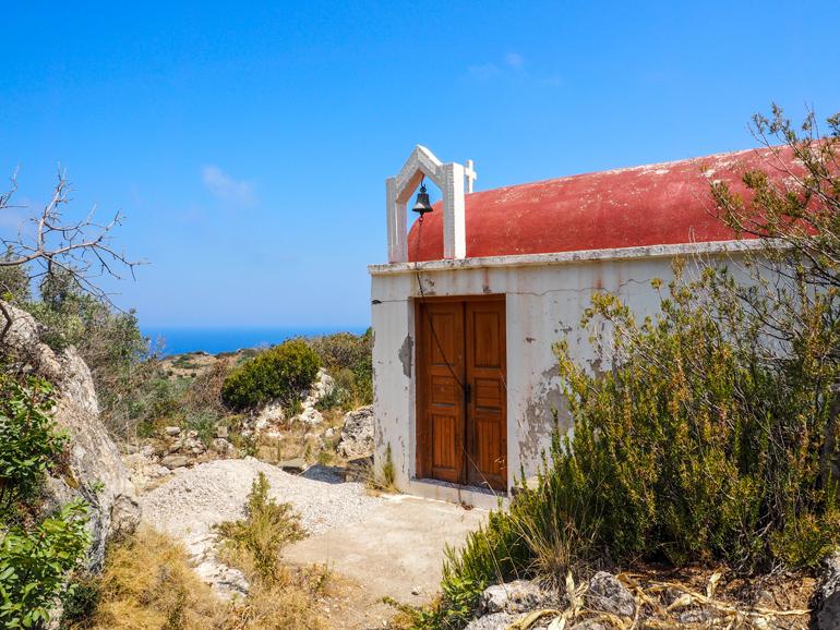 Auf Wanderungen kommt man immer wieder an schneeweißen Kapellen vorbei wie hier an der Ágios Charálambos.