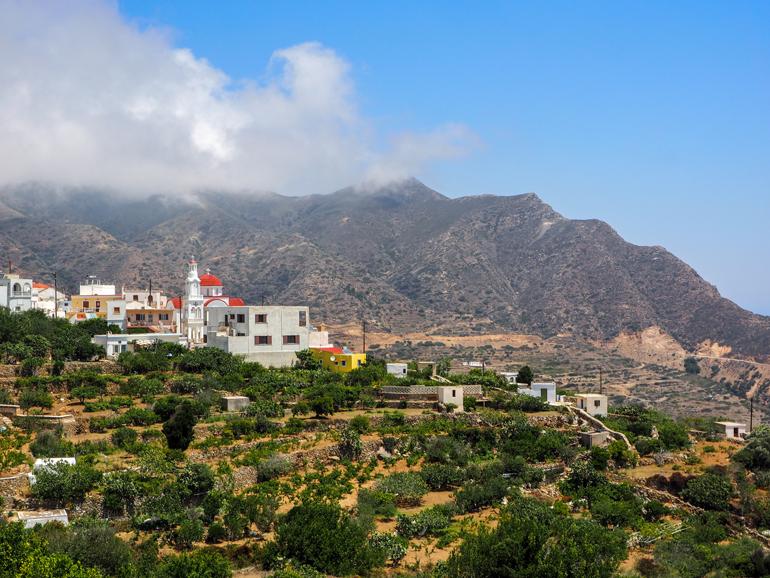 Von Spóa aus kann man über die szenische Badebucht Agios Nikolaos schauen.