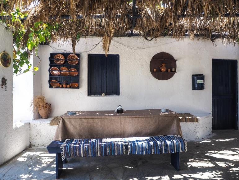 Auf der Lastos-Alm kann man sich in der urigen Tavérna Kalí Kardiá stärken oder auch übernachten.