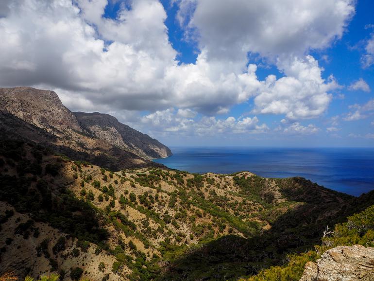 Auf dem Weg nach Avlóna überblickt man die zerklüftete Berglandschaft, die ins Meer abfällt.
