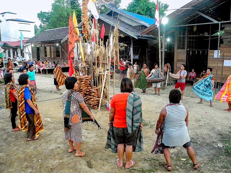 Tanz auf einer Tiwah auf Borneo
