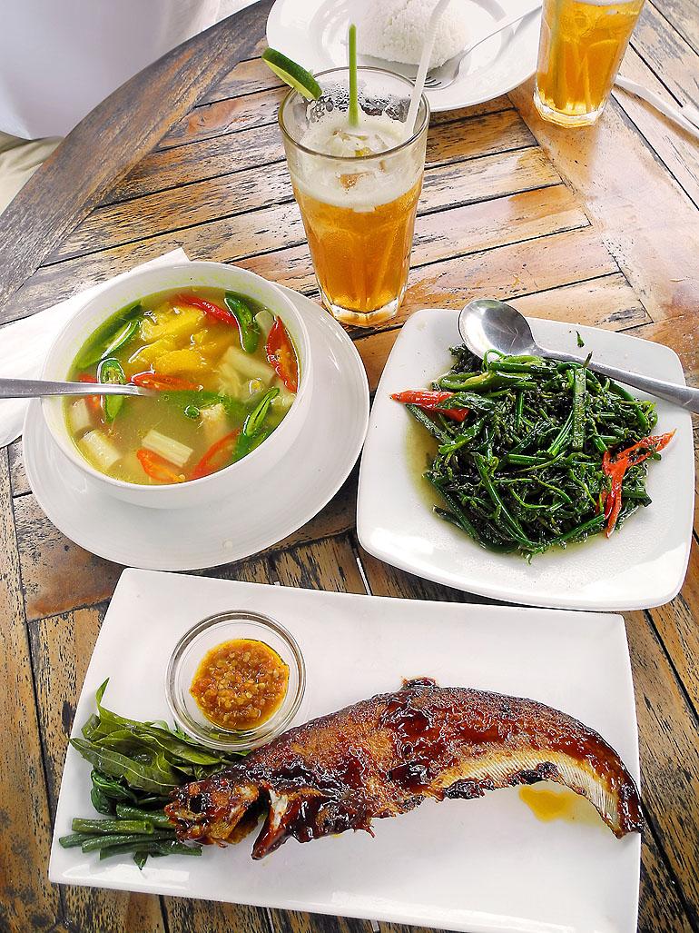 Rattansuppe, Bajei-Gemüse und gebratener Lais-Fisch