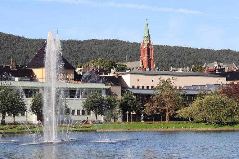 Bergen Sehenswürdigkeiten:Ein kleiner Weiher mit deinem Springbrunnen in der Mitte.