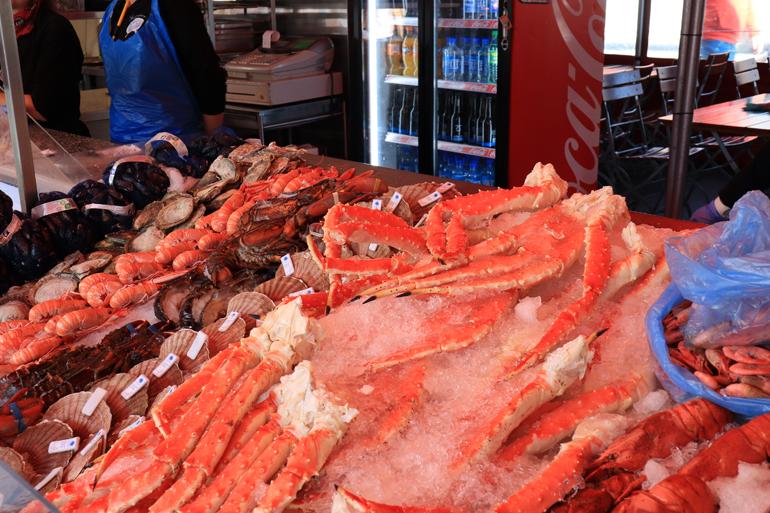 Bergen Sehenswürdigkeiten: Eine Kühltheke auf einem Fischmarkt, in der Fisch liegt.