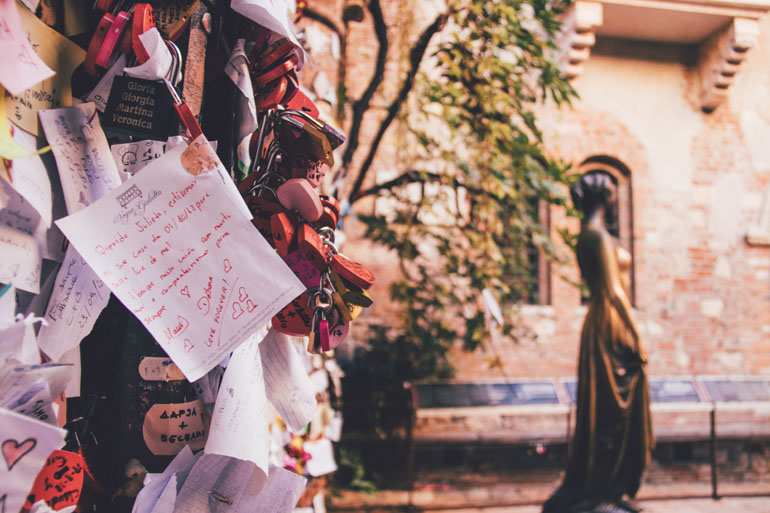 Liebesbriefe vor der Statue und dem Haus von Julia Capulet in Verona