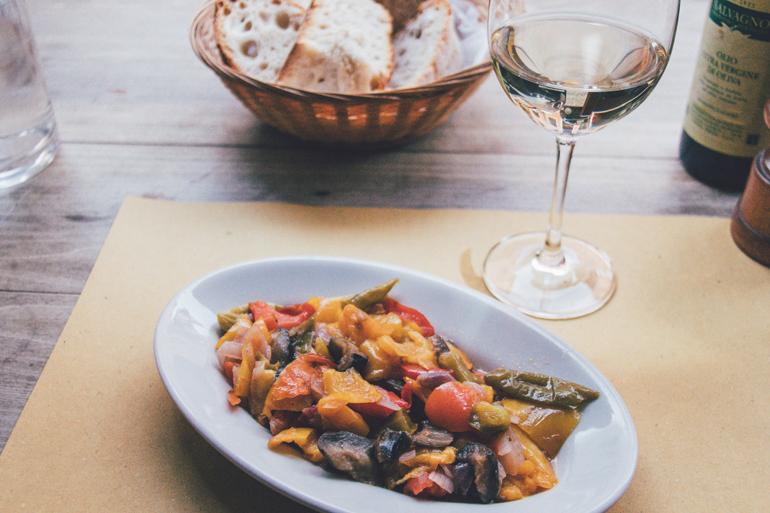 Wein und Mittagessen in der Osteria Sottoriva, Verona