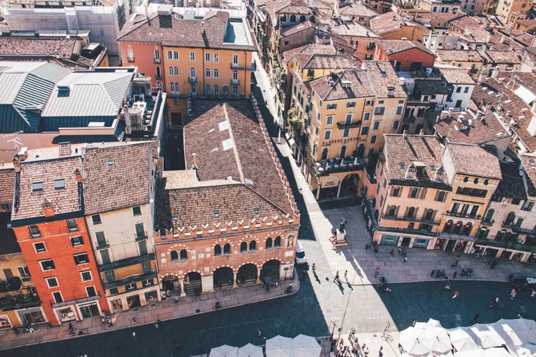 Blick vom Torre dei Lamberti auf den Piazza delle Erbe