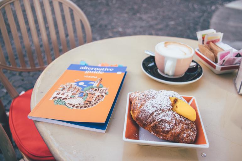 Croissant und Cappuccino zum Frühstück im Café Wallner, Verona