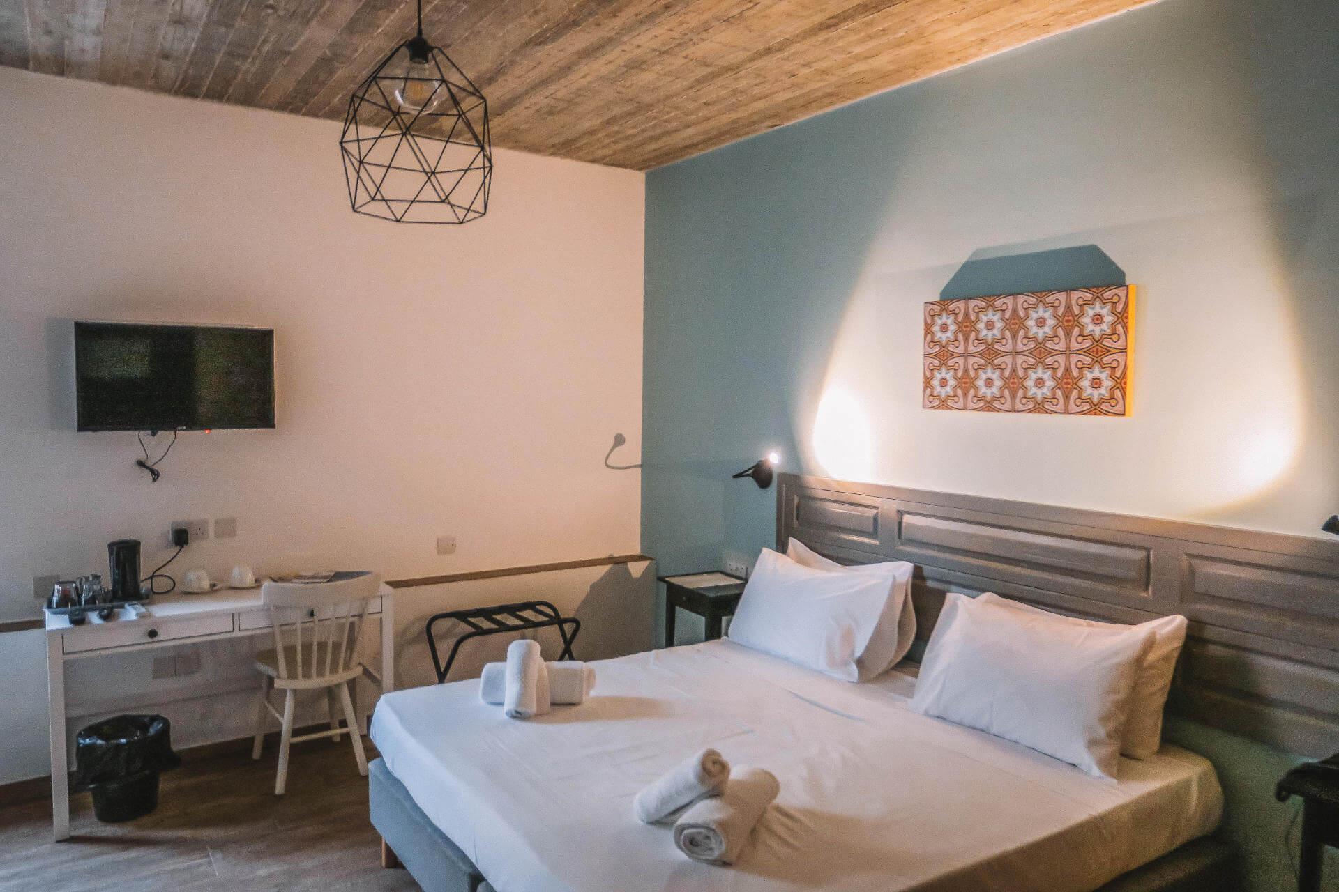 Ein Schlafzimmer mit einem Bett und einer blau gestrichenen Wand.