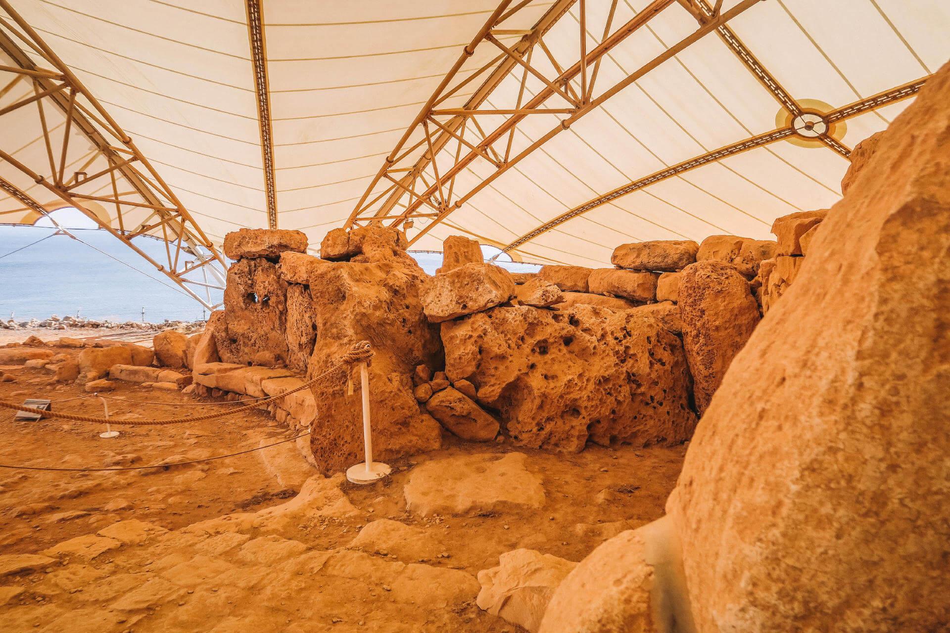 Überreste eines Tempels unter einem Zelt.
