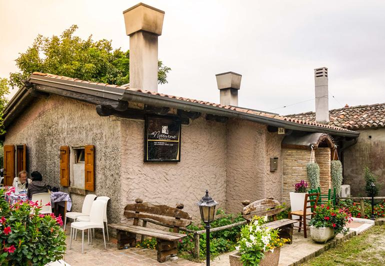Kleines authentisches Restaurant in einem Steinhaus in Venedig