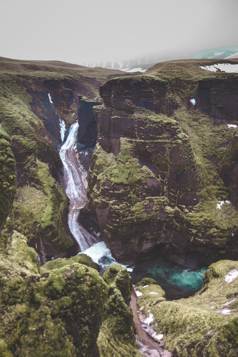 Island: Wasserfall in der Schlucht