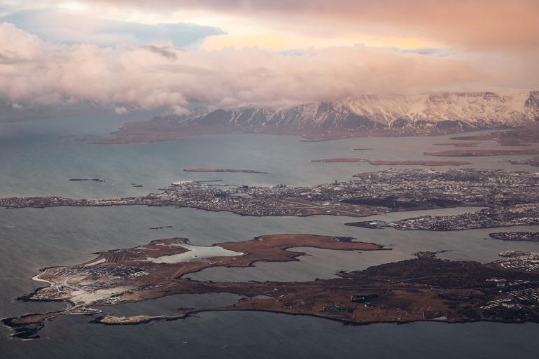 Islands Landschaft im Landeanflug