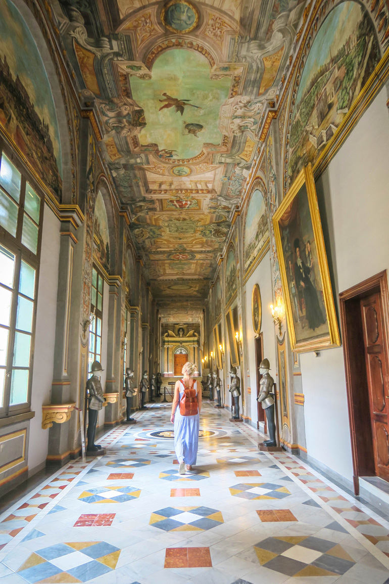 Gang im Großmeisterpalast in Valletta (Malta) mit Deckenmalerei und Wandgemälden