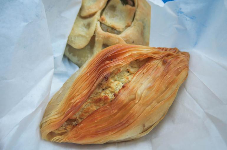 Eine mit Käse gefüllte Pastizzi. Die Filoteigtaschen sind eine maltesische Spezialität