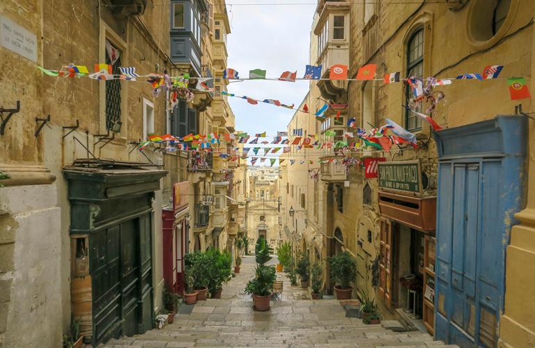 Blick in eine Gasse in Valletta (Malta) - Kulturhauptstadt 2018