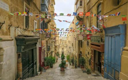 Valletta thront majestätisch im Nordosten Maltas auf einer Landzunge. Enge Gassen ziehen sich durch hügelige Häuserreihen.