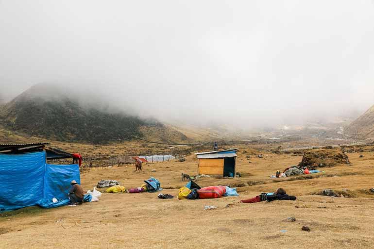 Ein Lagerplatz mit Nebel im Hintergrund.