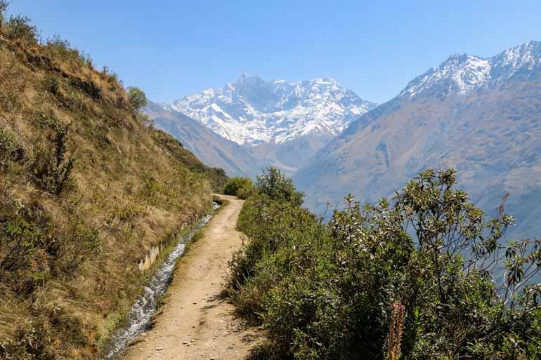 Ein Weg mit Aussicht auf dwn Salkantay Trek.