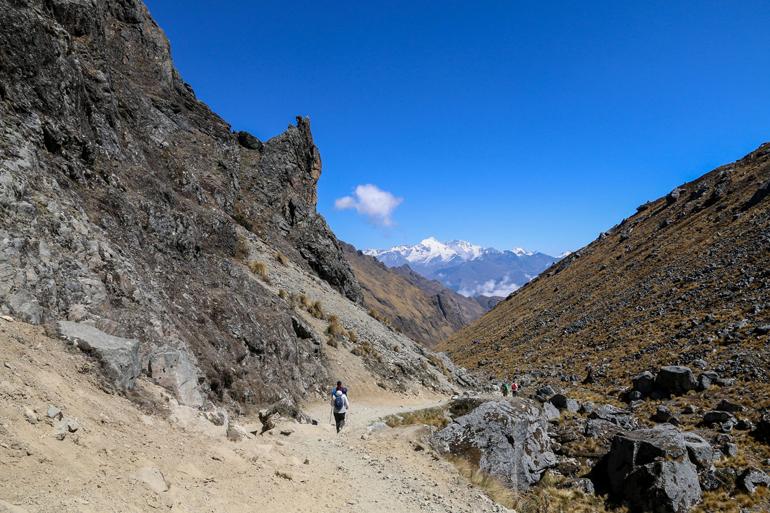 Der Wanderweg auf dem Salkantay Trek in Peru führt durch steinige Bergspalten.
