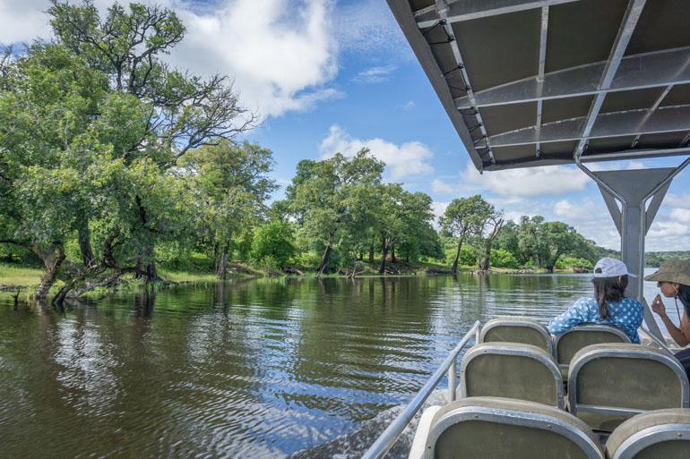 Boot auf dem Chobe River mit zwei Touristen