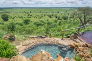 Pool auf einer Erhöhung im Hintergrund der Nationalpark