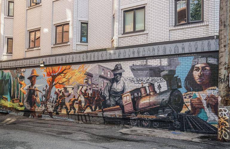 Graffiti an Mauer, das Vancouvers Geschichte zeigt: Bauern, brennende Bäume, Kämpfe, eine Lokomotive